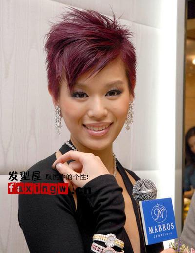 胡杏儿/超短的发型原本看起来很单调在酒红色染发的映衬下显得时髦的...