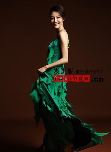 发型 写真 大方/流露出束感长刘海的盘发,搭配吊带长裙性感娇媚女人味。