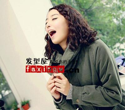 可爱刘海编发在这个秋尽显清爽气息,中长的发丝随意披散肩膀,弧度
