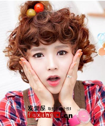 发型 清新小女生浪漫(7)  导读:同款短卷发搭配一个小发饰,更洋气独特图片