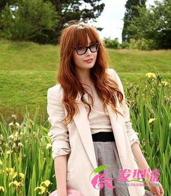 齐刘海搭配黑框眼镜让整个人都显得娇小可爱