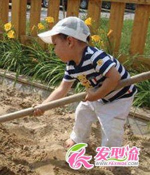 王艳爱子球球曝新照 可爱小男生图片(4)  导读:玩泥沙的球球,非常活泼
