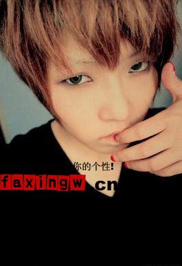 山字形刘海的可爱男孩发型,头发颜色和眼睛颜色带来非主流男孩的味道.
