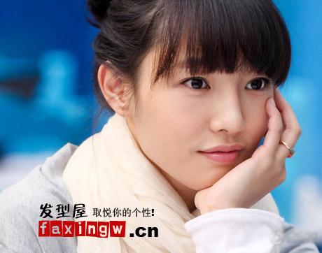 发型网 女生发型 女明星发型 > 白百合最新齐刘海丸子头图片(2)  导读图片