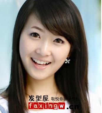 导读:顺直 中长发发型 黑色的发丝让女生更显清纯,斜刘海修饰出小脸