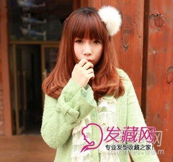 整整齐齐的刘海,两边红色头发,小脸作用一流.图片