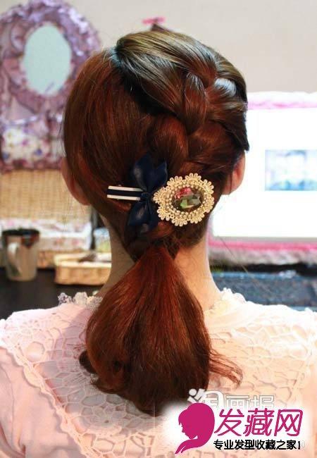 发型网 女生发型 女生长发发型 > 春日最吸睛长发扎法 蜈蚣辫美爆街头
