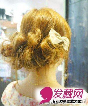 日本新娘喜欢时尚前卫的发型,所以,日本新娘发型更招来个性女生的喜爱。今天,七丽女性网为准新娘们带来日系短发新娘盘发图解,这款盘发发型不仅能作为新娘发型,用来平时搭配日系服装也是超赞的,现在就来学习樱花妹的DIY技巧吧! 日系短发新娘盘发图解 学樱花妹的DIY技巧 小编点评我们来欣赏一下完成之后的效果图,这款发型注重的是脑后的花苞妆发包,蓬松中透着层次,凌乱中不失精致,搭配发饰的点缀,立马达到精致的效果,准新娘们可以用这款发型搭配皇冠之类的发饰,让你奢华又浪漫。