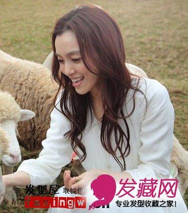 范范范玮琪中分卷发发型 喂小羊食物图片
