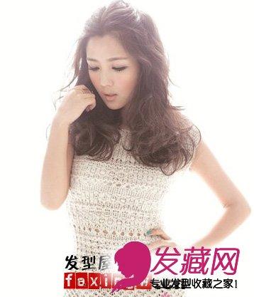 略显凌乱的 卷发发型可爱又不失甜美,无 刘海的设计可以将何洁的