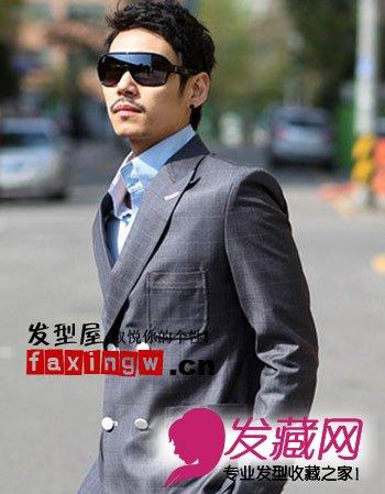 加上轻轻的蓬松,乌黑的墨镜,配上灰黑色西装,超酷感的成熟男人形象.