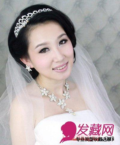 韩式新娘发型图片分享(5)  导读:简约的新娘盘发搭配精致的皇冠和白纱图片