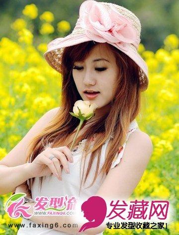 刘海部位的头发扎成一个小 发髻,利用 蝴蝶结发饰固定,十分的甜美可爱