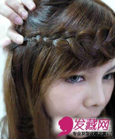 拨起侧边头发,将麻花辫围绕在额头,用毛夹固定在侧边,再将侧边头发放图片