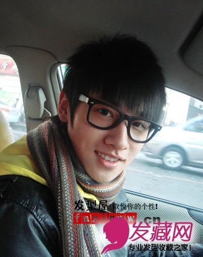 眼镜帅哥图片,整齐的刘海,搭配黑框眼镜,显萌的图片