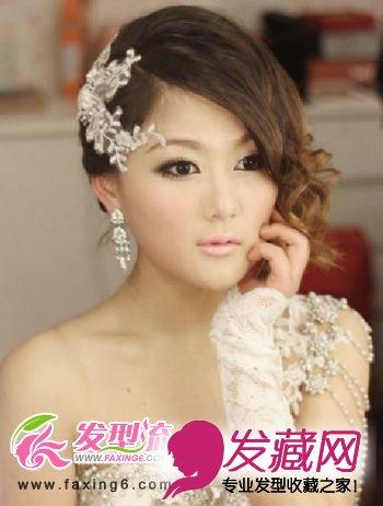 导读:甜美时尚新娘发型 将嫩黄色的卷发盘在一侧显得十分可爱,凌乱的