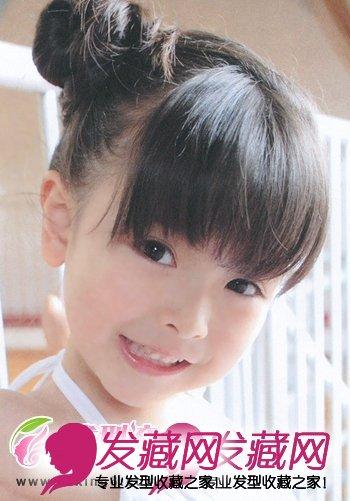 那种调皮爱玩的调调,齐刘海的发型设计,衬托出一双精灵可爱的大眼睛