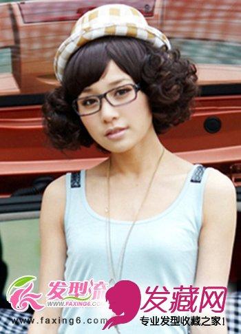 清新爽朗的中分短 发型四周韵律十足的卷翘卷发造型,将女生的俏皮可爱