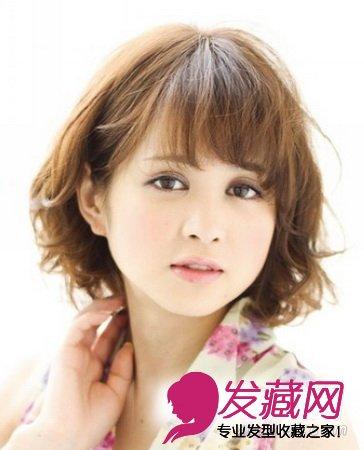 刘海搭配轻盈的卷发设计,自然而蓬松的卷发会使圆脸型看起来比较可爱