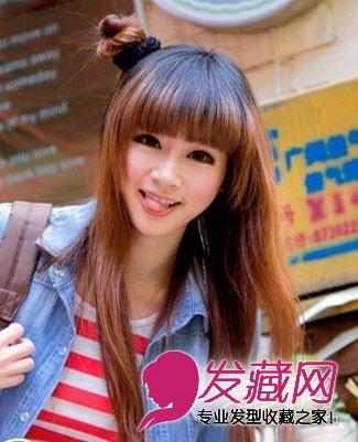 这款韩式的 直发发型展现出了女生甜美可爱的一面,在头顶处扎出一个