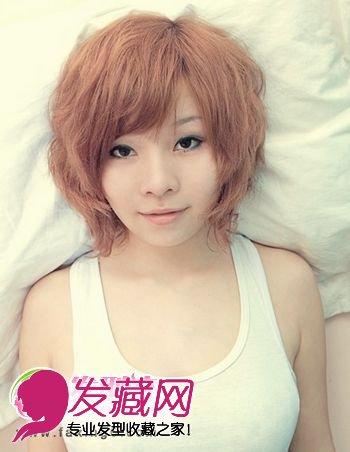 简洁的烫发发型设计彰显女生率真的个性,亚麻染发颜色衬托出白图片