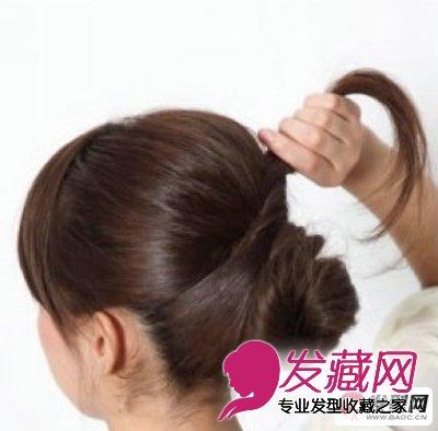 丸子头的扎法图解第四步:而后把剩上去的头发以异样的形式改变扎起