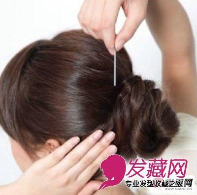 丸子头的扎法图解第五步:用黑色的u型夹流动好最初容留的发尾,把它