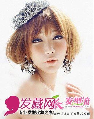 像这样一款简单的盘发新娘发型又展现成熟的女性魅力,头顶搭配皇冠