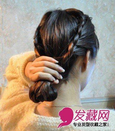 步骤六:编好两个发辫后,剩下的头发全部拢在一起,并向内卷起,用手抓图片