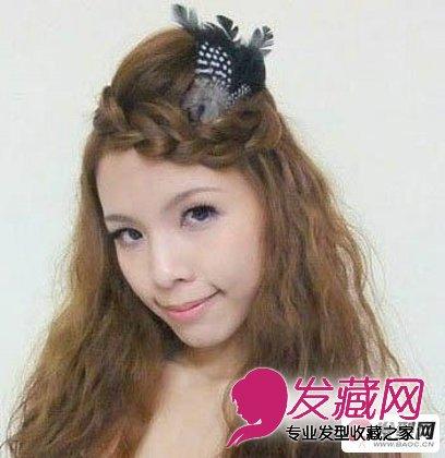 个性十足的刘海编发,是今年非常流行的长卷发搭配的发型设计,整
