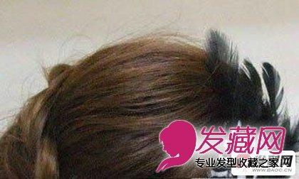 卷发怎么扎好看第七步:最初夹上一度小翎毛发饰发卡,再拾掇下小辫