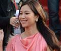 《中国达人秀》徐静蕾优雅走红毯 斜刘海卷发搭配红裙时尚气质