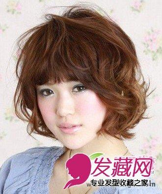 短发的长度刚好过脸颊,有弧度的卷发发丝很好的修饰两颊,同样是微胖界