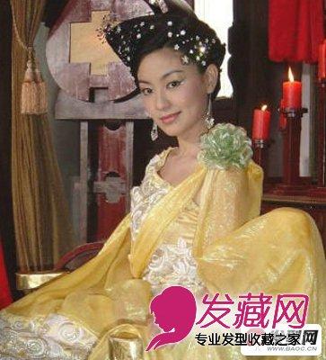 这是陈秀丽在《刁蛮公主》中的头发造型,盘着的发髻,精致的首饰