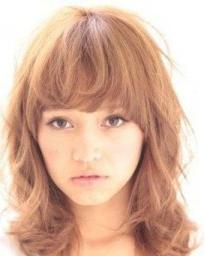 宽脸适合的发型 蓬松齐刘海卷发发型解救宽脸女孩