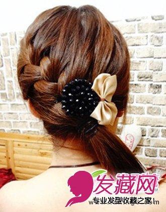 导读:萝莉韩式发型编发步骤四: 在绑好的马尾上别上自己喜欢的发饰
