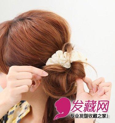 发型网 女生发型 女生可爱发型 > 气质侧花苞头半扎发 打造公主淑女范