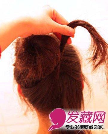 中短发丸子头教程 将下方的头发再分成两股 →短发姑娘这样编头发 真