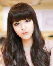 深棕色的长卷发型 可爱的齐刘海