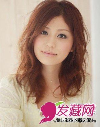 与甜美可爱气质的女生发型 新年约会就靠它(6)  导读:中分中长发发型