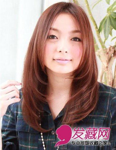将发尾修剪的层次分明的中分卷发发型,能够很好的修饰脸型,适合