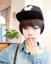 短发齐刘海365bet 浅色系的蘑菇头短发显得俏丽可爱