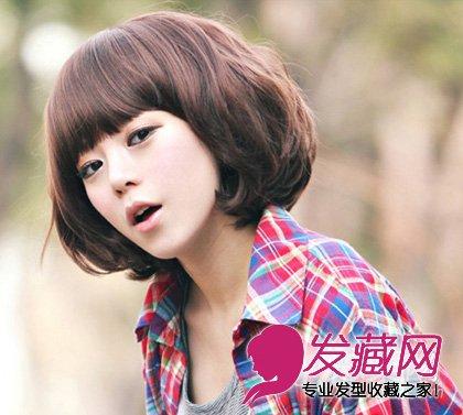发型网 流行发型 短发发型 > 齐刘海的短卷发发型 蓬松内卷的齐刘海发