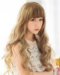 齐刘海的金色长卷发 大圆脸适合的发型