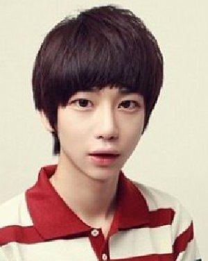 非主流感觉的这款韩国男生发型 变身潮范型男