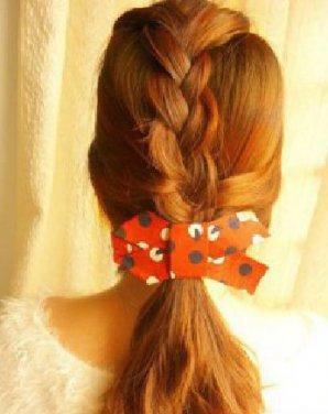 马尾辫发型走的是韩系的甜美风 韩式编发马尾扎发教程