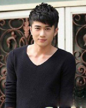 清新帅气范男生短发 短而碎的斜刘海发型显清秀帅气