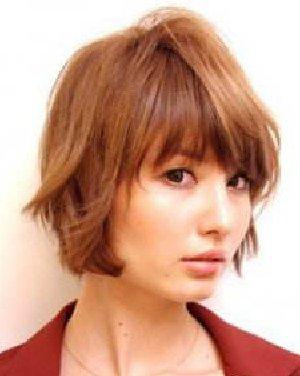 碎剪的齐刘海几乎遮住眼帘,看起来甜美可爱,蓬松的 长卷发 自然披肩