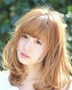 方脸女生适合的发型 蓬松卷发巧妙修脸