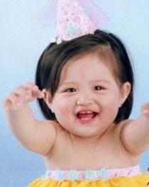 侧分的斜长刘海看起来非常可爱 塑造人见人爱萌宝宝